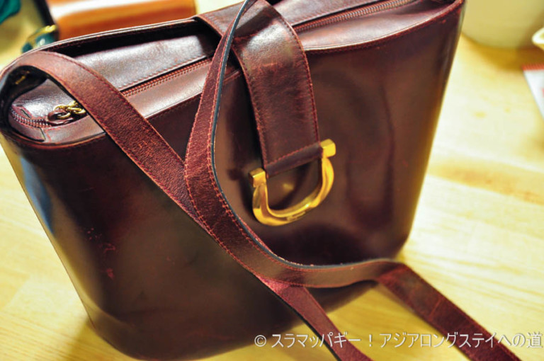 Leather artist teaches how to repair scratches and dents on the leather bag